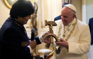El presidente boliviano Evo Morales presenta al papa Francisco un crucifijo de madera con la forma de la hoz y el martillo, el símbolo comunista de la unión de obreros y campesinos, en La Paz, Bolivia, 8 de julio de 2015. (L'Osservatore Romano/Pool Photo via AP)